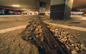 Beschadigde vloer met vloer voegen herstellen.